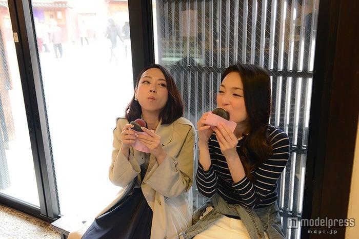ひがし茶屋街は食べ歩き禁止なのでアイスを食べる時は店内で(C)モデルプレス