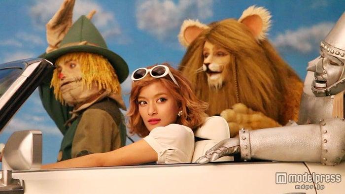 「オズの魔法使い」のドロシーに扮したローラ/新CM「レッツ!ドライブ」篇メイキングショット