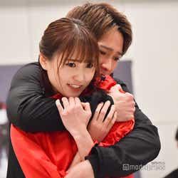 モデルプレス - 欅坂46菅井友香、味方良介と熱い抱擁 初主演舞台でアクション・歌・ダンスも<飛龍伝 2020>