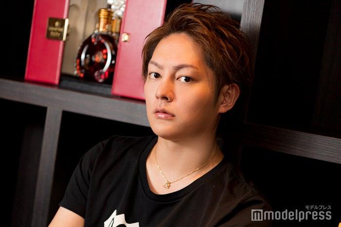 モデルプレスのインタビューに応じた三崎優太(三崎愛汁)(C)モデルプレス