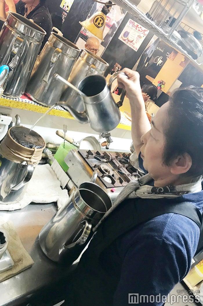 一杯ずつ心を込めてコーヒーを淹れる「KAKO BUCYO COFFEE」やすこさん (C)モデルプレス