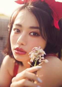 山本舞香&大川藍に熱視線 ヘアアレンジ&肌見せファッションで魅了
