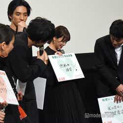 堀未央奈画伯の絵を見に集まる共演者たち (C)モデルプレス