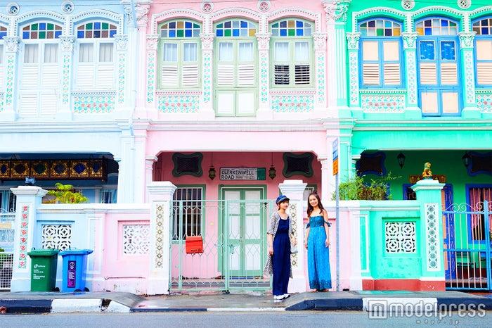シンガポール・カトン地区のクーン・セン・ロード/左から:村田倫子、武智志穂(C)モデルプレス