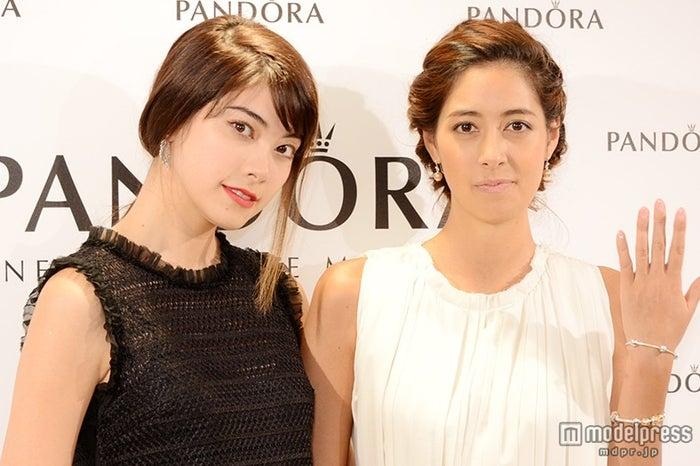 姉妹で登場した(左から)森星、森泉【モデルプレス】