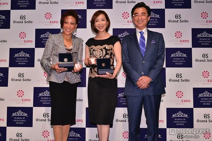 「Women of Excellence Awards」授賞式に出席した(左から)吉田晴乃氏、真矢ミキ、服部真二氏【モデルプレス】