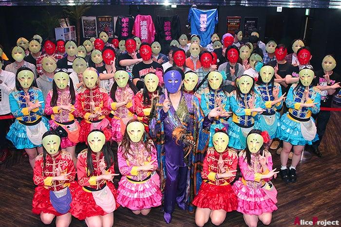 群青色の仮面をつけた美川憲一(手前中央)を囲む仮面女子(画像提供:アリスプロジェクト)