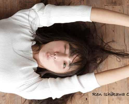 """石川恋、""""特大ジャンプ""""で美腹筋チラリ「運動神経ヤバい」「さすがの跳躍力!」"""