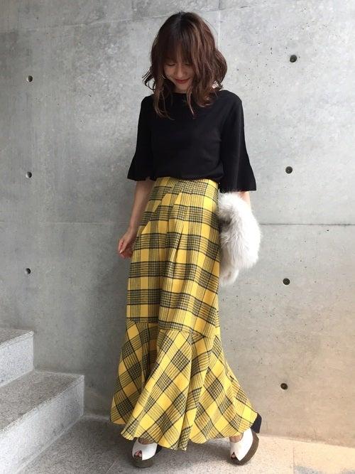 チェック柄スカートのコーデ黄色