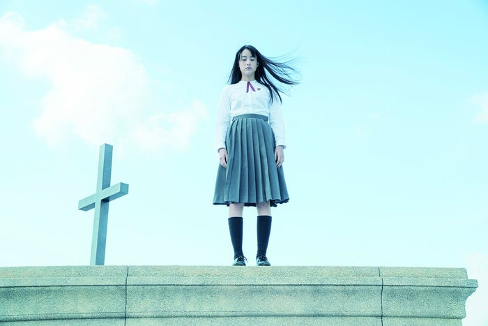 山本美月が屋上で思い悩む映画「少女」のワンシーン (C)2016「少女」製作委員会