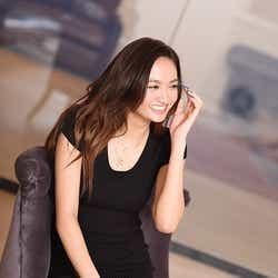 クールな印象とは変わり、話す姿は笑顔が絶えずキュートな印象/香川沙耶