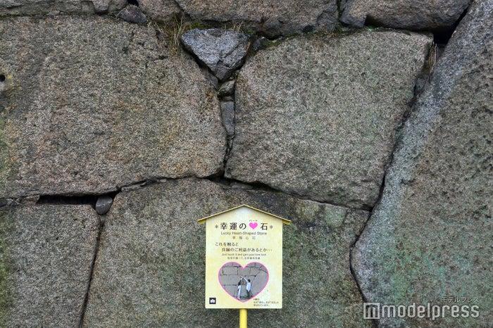 大手二の門の正面にある「幸運のハート石」(C)モデルプレス