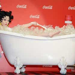 モデルプレス - きゃりー、入浴シーンで生足大胆披露「露出高めです」