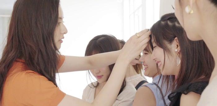 新木優子&モーニング娘。'18オフショット動画より(C)集英社