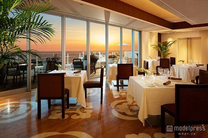 窓がガラス張りなので店内からの夕陽の眺めも抜群/画像提供:オーシャンズクラブ葉山