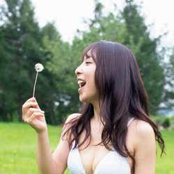 モデルプレス - 板野友美の妹・成美、初の水着グラビア 美ボディを大胆披露