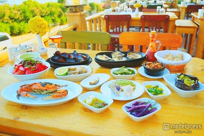 席からエーゲ海を望める「オルフォズ・レストラン」、メニューはシェフのおすすめコース約5,520円~のみ/画像提供:TBS