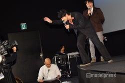 全国中継のカメラに手を振る吉沢亮 (C)モデルプレス