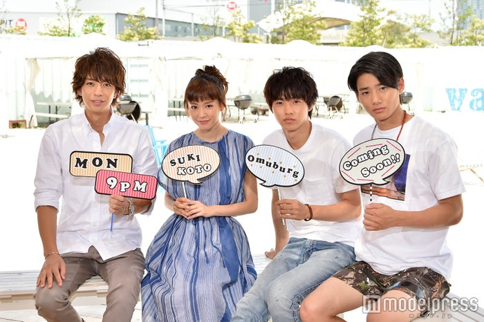 ドラマ『好きな人がいること』記者会見に出席した(左から)三浦翔平、桐谷美玲、山崎賢人、野村周平(C)モデルプレス