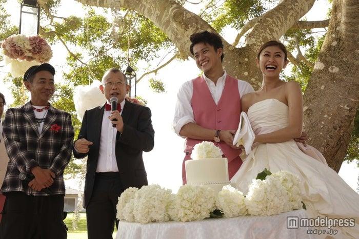 披露宴で幸せいっぱいの笑顔を見せる小栗旬&山田優。後見人となった木梨憲武、笑福亭鶴瓶など、芸能人ら約100人が祝福に駆けつけた。
