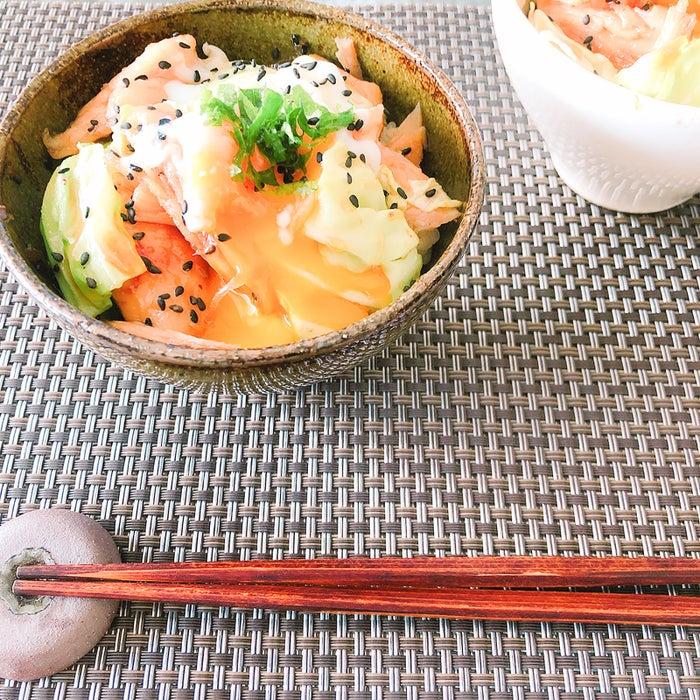簡単ヘルシーな夜食レシピ「蒸し鶏と春キャベツの甘辛丼~温玉のせ~」【柏原歩のトレンドレシピ】/画像提供:柏原歩