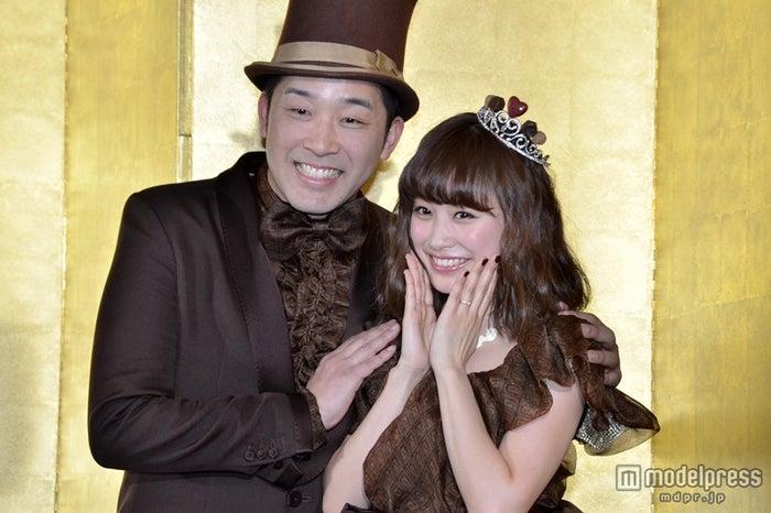 バレンタインデーにちなみチョコレート色の衣装に身を包んだあべこうじ・高橋愛(2014年の結婚記者会見にて) (C)モデルプレス