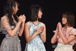 予選通過し喜ぶ野島樺乃と山内鈴蘭(左と右)/「AKB48グループ歌唱力No.1決定戦」決勝大会 (C)モデルプレス