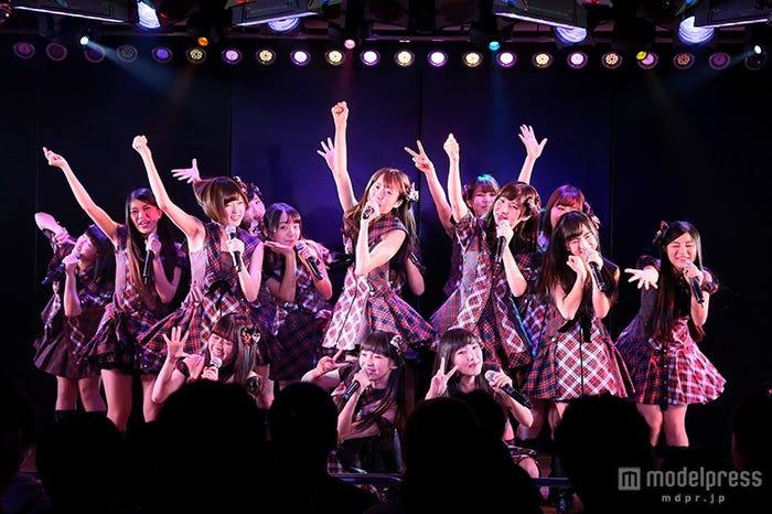 『バイトAKB 素敵な思い出をありがとう公演~最後の本気のバイト、劇場で見てください!!~』ステージの様子(C)AKS