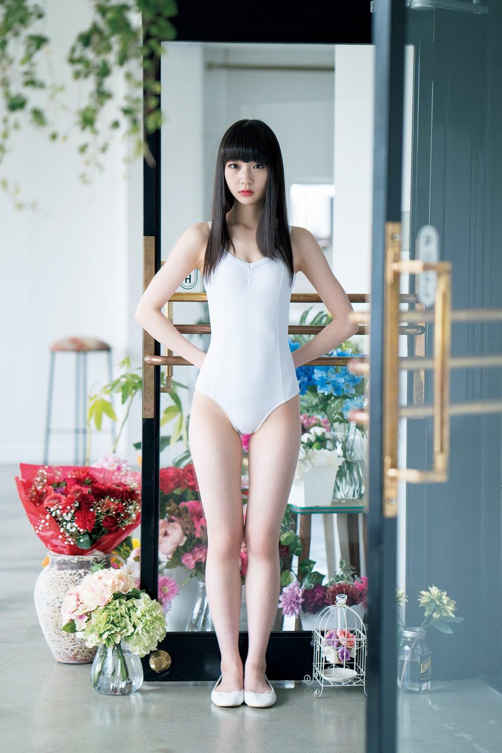 ミニスカート姿の荻野由佳さん
