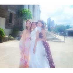 モデルプレス - 大石参月ハワイ挙式に藤井リナ、宮城舞ら「ViVi」メンバー集結 華やか3ショットに反響