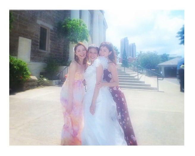 大石参月(中央)の挙式に駆けつけた藤井リナ(左)、宮城舞(右)/宮城舞Instagramより【モデルプレス】