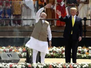 トランプ氏インド初訪問 対中けん制へ首脳親密誇示
