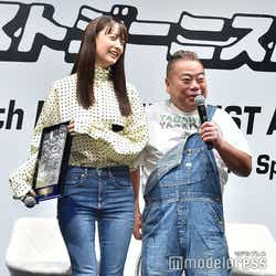 周りの登壇者(左:山本美月)とスタイルを比べて自虐する出川哲朗 (C)モデルプレス
