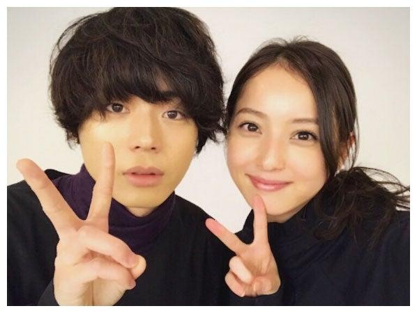 菅田将暉(左)との2ショットを公開した佐々木希(右)/佐々木希公式ブログより