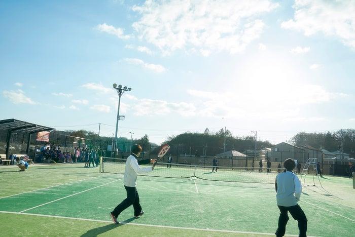 テニスのシーン(C)吉住渉/集英社(C)2018 映画「ママレード・ボーイ」製作委員会