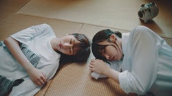 欅坂46小林由依&土生瑞穂の寝顔がかわいい ドローンで美脚接近<302号室>