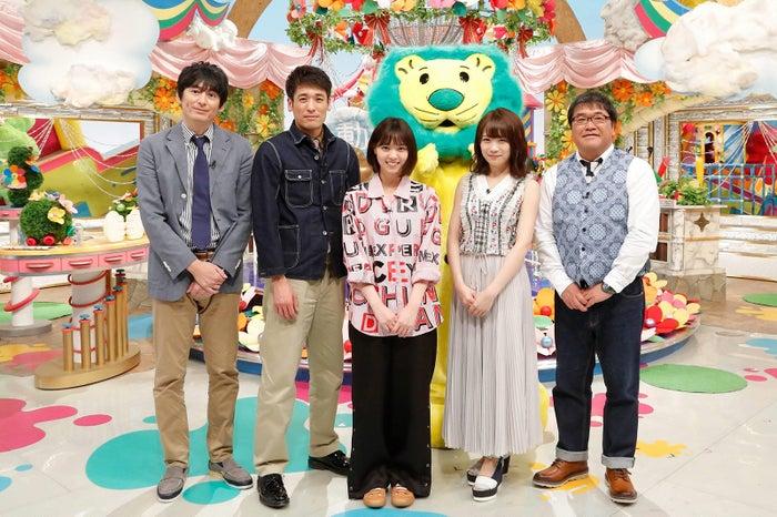 (左から)博多大吉、佐藤隆太、西野七瀬、秋元真夏、カンニング竹山(C)フジテレビ