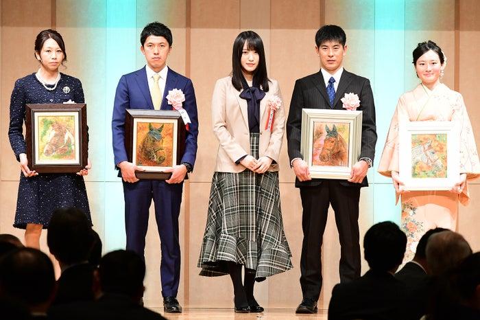 中央:菅井友香 (C)モデルプレス