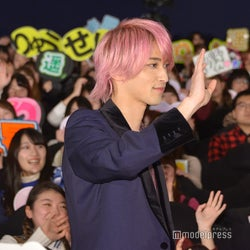 ファンに手を振る横浜流星(C)モデルプレス