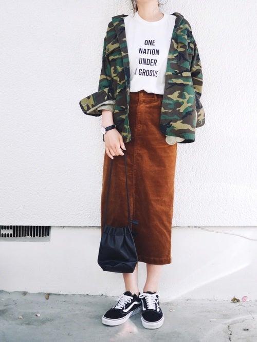 迷彩ジャケットにブラウンのタイトスカート、スニーカーを合わせたコーデ