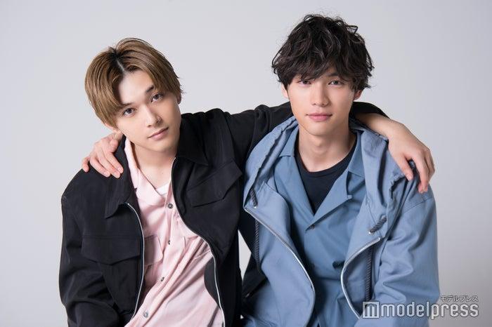 モデルプレスのインタビューに応じた福士蒼汰(右)、吉沢亮 (C)モデルプレス