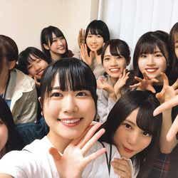 ハイテンションで写真におさまる日向坂46メンバー(撮影:丹生明里)/提供写真