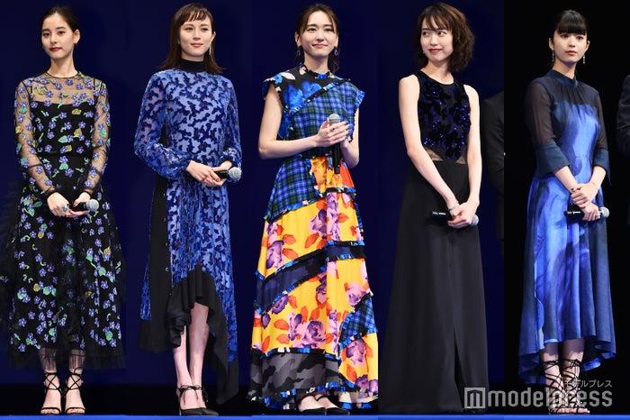 """""""ブルー""""ドレスで個性溢れる(左から)新木優子、比嘉愛未、新垣結衣、戸田恵梨香、馬場ふみか(C)モデルプレス"""