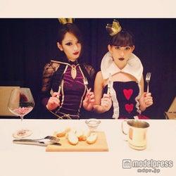 小嶋陽菜&佐藤かよ、ゴシックハロウィン仮装で晩餐会