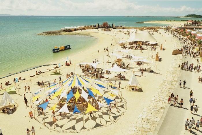 ステージが設営される「美らSUNビーチ」は全長約700mと沖縄最大級の大きさを誇る(提供画像)