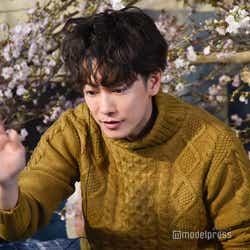 お祝いメッセージに手を振って感謝を伝える佐藤健 (C)モデルプレス