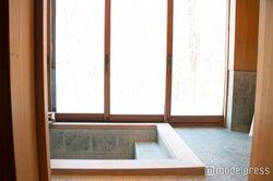 景色が最高な檜風呂(C)モデルプレス