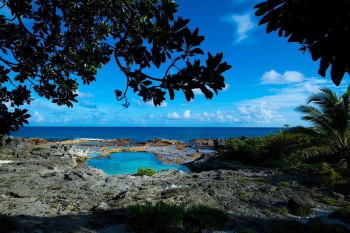 岩礁のワイルドな景観も魅力のスイミングホール (C)マリアナ政府観光局/MVA