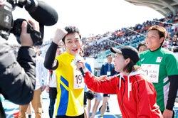 草なぎ剛、カメラにアピール/提供:日本財団パラリンピックサポートセンター