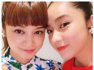 平祐奈、姉・平愛梨の第2子と対面 美人姉妹ショットに反響「素敵」「愛が溢れてる」